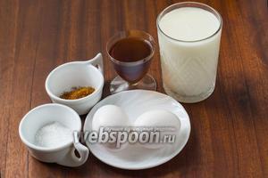 Для приготовления эгг-нога нужно приготовить яйца, молоко, сахар, ром, сахарную пудру, мускатный орех.