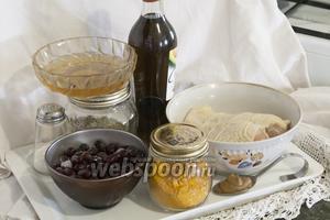 Нам понадобится: крупная куриная грудка, замороженный (или сушёный) кизил, горчица на рассоле, куркума, розмарин, мёд, соль и масло из авокадо.