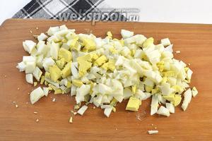 Яйца отварить, очистить и нарезать средним кубиком.