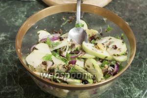 Приправим салат перцем, добавим нарезанные фисташки и зелень. Аккуратно перемешаем. Барселонский салат готов! Приятных гастрономических впечатлений!
