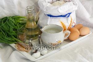 Вымоем пучок зелёного лука и куриные яйца. Просеем муку. Отмерим нужное количество растительного масла, сыворотки, соли, кориандра и соды. Такой набор продуктов нам пригодится для приготовления Перепички с зелёным луком и солёной треской.
