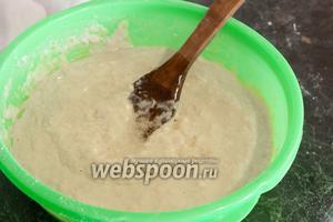 Теперь очередь растительного масла. Размешаем тесто до однородности. Оно должно быть таким жидко-тягучим.