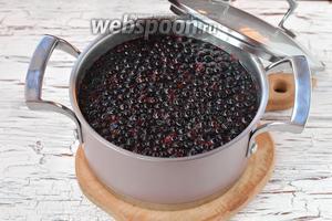В кипящую воду добавить подготовленные ягоды.