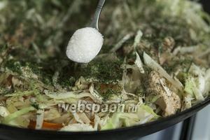 Теперь нужен сахар. Небольшое количество этого продукта усиливает натуральный вкус всех остальных ингредиентов тушёной капусты с куриной грудкой.