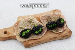 На край порционного кусочка свинины укладываем по 2 чернослива.