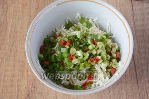 Зелёный лук, укроп и острый перец измельчить, добавить к сыру.