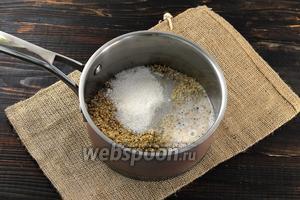 В кастрюле соединить орехи, 200 мл молока и сахар.