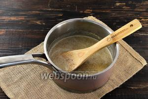 Орехи с молоком довести до кипения и проварить на медленном огне, помешивая, на протяжении 2-3 минут.