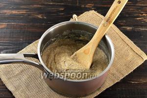 Влить тонкой струйкой взболтанное молоко с крахмалом. Проварить до загустения (приблизительно 1 минуту).
