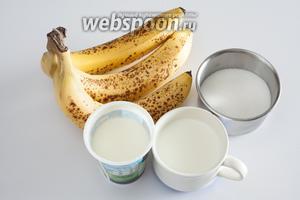 Самый важный ингредиент бананового мороженого — это перезрелые бананы. Не стоит затевать его делать из зеленоватых, сказав самому себе — да ладно, я туда сахарку добавлю! Сладость поправить легко, а вот терпкость недозрелого банана в мороженом почему-то интенсифицируется и создаёт не очень приятный привкус. Теперь про сахар. Его количество должно быть где-то между 1 и 2 столовыми ложками на банан. Меньше — недостаточно, больше — получается сладкая замазка, по которой совсем непонятно, что исходным сырьём для неё служили какие-то там бананы. Количество жидкости тоже вариабельно: от 50 мл до 100 мл на банан. Я тут использую соотношение сливки (30%) с молоком на пополам. Это — граница по снижению жирности — дальше уже может пойти мороженое с кристалликами, у меня в семье это считается дефектом. Но я знаю, что есть люди, которым это, наоборот, нравится — ну, что же, можете попробовать. Загустители и эмульгаторы под банан не нужны — он сам по себе замечательный загуститель. Если сделать мороженое при соотношении на 1 банан 50 г сахара и 50 мл сливок, получается абсолютно удивительная консистенция — что-то такое клейкое и густое (и сравнительно медленно тающее), его даже на хлеб намазывать можно.