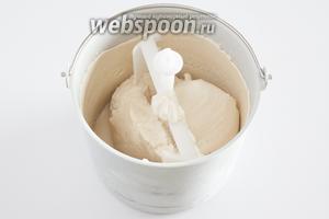 Мягкое банановое мороженое будет готово уже через 45 минут охлаждения-смешивания, но его можно продержать в машинке и целый час, винт блокироваться не будет. Получившееся мороженое обладает очень полезным свойством — оно сохраняет достаточную мягкость и после помещения в морозилку (и нескольких часов нахождения там).