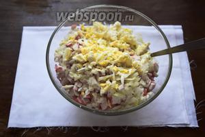 Смешаем все нарезанные и натёртые ингредиенты в салатнике. Поперчим от души свежемолотым чёрным перцем. С солью не перестарайтесь, салат должен оставаться нежным.
