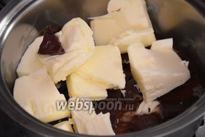 Шоколад и сливочное масло положить в сотейник и растопить на водяной бане до получения однородной массы.