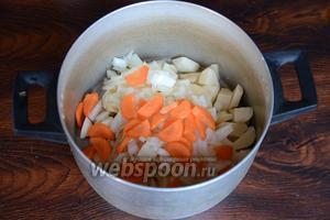 Морковь нарезаем тонкими полукольцами.