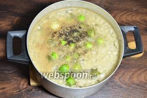 Ставим суп на огонь, готовим в среднем 0,5 часа. После 15 минут готовки, солим и перчим чёрным молотым перцем по вкусу.