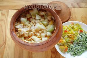 Затем в горшок отправляем наши замороженные овощи: кабачок, перец, кукурузу и горошек.