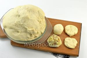 От теста ощипывать небольшие кусочки, формировать лепёшку. На середину выкладывать полную столовую ложку  охлаждённой начинки. Формировать пирожок.