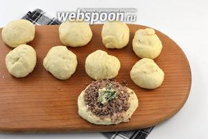 Распластать каждый кусочек в лепёшку. На середину выложить 2 столовых ложки начинки из печени и 1 чайную ложку начинки из укропного масла.