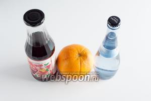 Для безалкогольного коктейля «Восход солнца» нам нужны или апельсины, или апельсиновый сок, минеральная вода любой степени загазированности и красный сироп (может, остатки варенья?), у меня — клубничный. В Текиле Санрайз есть ещё лёд, но в детском коктейле, думаю, лучше обойдёмся без него.