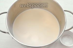 В кастрюлю заливаем топлёное молоко, добавляем щепотку соли и доводим до кипения.