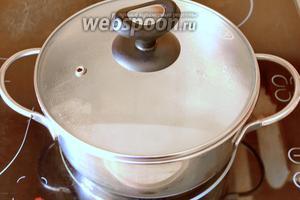 Выключаем плиту и накрываем кастрюлю крышкой, оставляем кашу на 10 минут потомиться на всё ещё горячей плите.