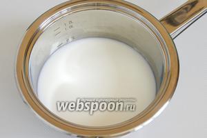 В сотейнике соедините воду и молоко. доведите до кипения.
