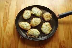 Затем наши оладьи обжариваем с 2 сторон до золотистого цвета на заранее разогретой сковороде с растительным маслом.