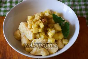 Подаём вареники, положив сверху яблочно-ревеневый компоте и наслаждаемся! Приятного аппетита!
