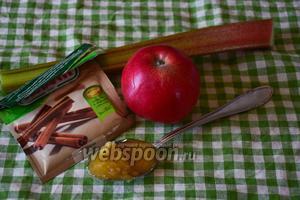 Делаем компот. Возьмём ревень, яблоко, мёд и корицу.