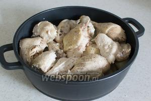 Поверх картофеля кладём курицу.