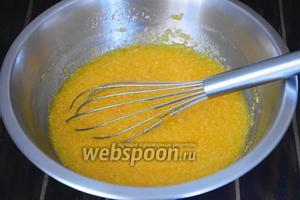 Добавить морковное пюре, кокосовую стружку, растительное масло, щепотку соли и тщательно перемешать.