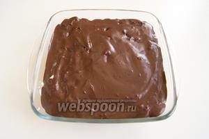 Сверху выложите шоколадную глазурь. На ночь поместите десерт в холодильник.