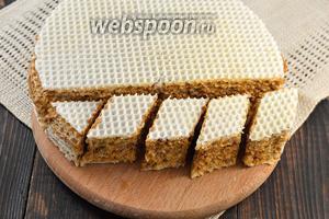 Перед подачей нарезать торт небольшими кусочками ромбовидной формы.