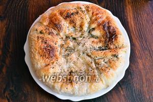 После отправляем в духовку на 25-30 минут, при температуре 180°С. Спустя отведённое время, осетинский пирог готов и его можно смело подавать на стол. Приятного аппетита!