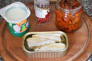 Для приготовления паштета нам понадобятся консервированные сардины в масле, вяленые помидоры, натуральный йогурт и розовый перец.