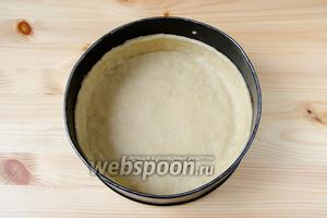 Охлаждённое тесто достаём из холодильника и раскатываем его скалкой. Перекладываем тесто в форму для выпечки (у меня диаметром 20 см) и разравниваем его, формируя бортики высотой 2 см. Срезаем неровности с бортиков.