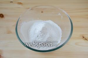 Готовим песочное тесто-основу. Для этого муку просеиваем в миску вместе с щепоткой соли.