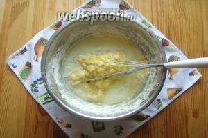 Затем вливаем молоко и растительное масло. Перемешиваем.