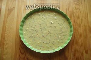 Тесто выливаем в форму и выпекаем 30-35 минут при 180°С.