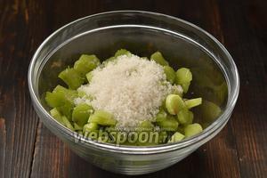 Ревень очистить, нарезать тонкими пластинками, толщиной  1-2 мм, засыпать сахаром и оставить на 15 минут. Слить образовавшийся сок.