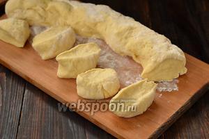 Тесто разделить на куски величиной с 2 грецких ореха.