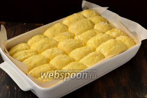 Смазать пирожки взбитым с 1 столовой ложкой воды желтком и посыпать сверху сахаром.