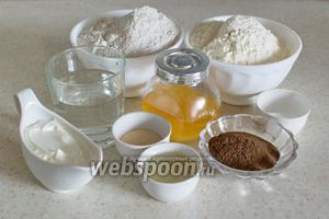Подготовьте все необходимые ингредиенты: йогурт, масло оливковое (2 ст. л., это 24 мл), воду, патоку свежую (12 г или 1 ст. л.), солодовый экстракт (20 мл или 2 ст. л.), соль (1,5 ч.л.), 2 вида муки и дрожжи (1,5 ч. л.).