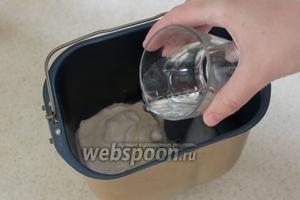 Затем добавьте воду.
