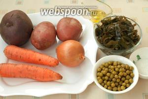 Подготовить все продукты для приготовления винегрета: свёклу, морковь, репчатый лук, морскую капусту, горошек консервированный, картофель, соль и подсолнечное масло.