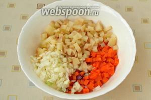 Картофель также нарезать кубиками, измельчить репчатый лук.