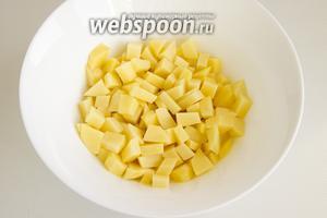 Картофель почистите и нарежьте небольшими кусочками.
