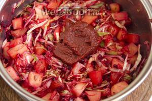 Теперь остаётся добавить томатную пасту, воду и лавровый лист. Воды потребуется около 1,5 литра, плюс минус, кому как нравится погуще или наоборот. Важно добавлять воду уже кипящую.