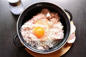 Смешиваем хлебную крошку с куриным фаршем. Добавляем яйцо, соль и чёрный молотый перец. Перемешиваем.