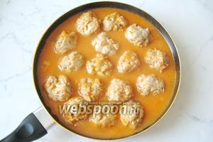 Тушить тефтели с грибами на небольшом огне 25-30 минут. Подавать с картофельным пюре, макаронами или кашей.